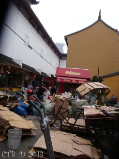 Along a path of the market unpacking and recycling takes place